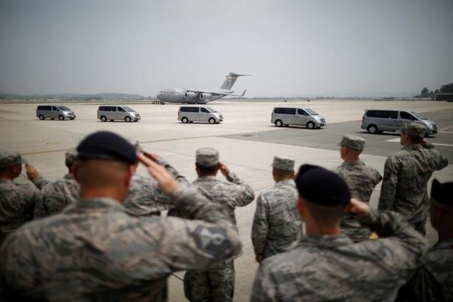 """""""Hài cốt của các binh sĩ Mỹ sẽ rời Triều Tiên và trở về Mỹ. Sau nhiều năm, đây sẽ là khoảnh khắc ý nghĩa đối với nhiều gia đình. Cảm ơn ông Kim Jong-un"""", Tổng thống Trump viết trên Twitter ngày 27/7. (Ảnh: Reuters)"""