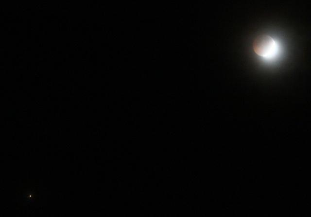 Trên bầu trời TP Huế trong tiết trời xấu chỉ còn thấy 1 mặt trăng (góc phải trên) và ánh sáng 1 ngôi sao (góc trái dưới)