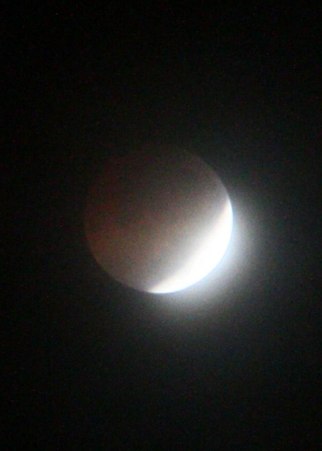 Mặt trăng chuẩn bị kết thúc hiện tượng nguyệt thực một phần