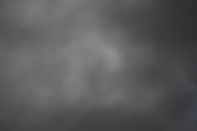 Bầu trời bị mây mù và mưa che phủ toàn bộ mặt trăng