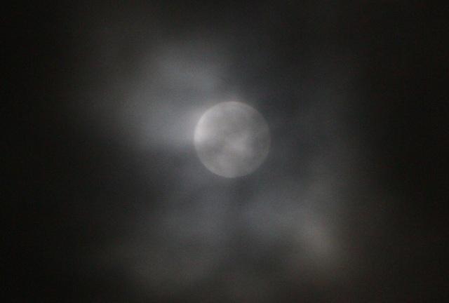 Mặt trăng bị mây nhiều đợt liên tiếp tràn qua che phủ