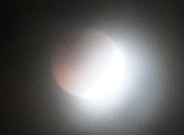 Màu mặt trăng đỏ như mặt trăng máu do khúc xạ qua bóng tối của trái đất tạo ánh sáng đỏ phủ lên mặt trăng