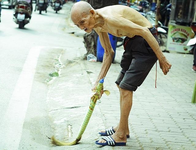 """Bà Nguyễn Thị Mai bán hàng nước bên cạnh căn nhà của cụ Lê chia sẻ: """"Ông năm nay đã 104 tuổi, ngày xưa đi lính trải qua mưa bom bão đạn nên sức khỏe của ông yếu đi, trí nhớ cũng không còn được minh mẫn""""."""