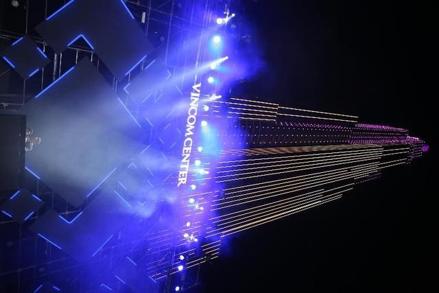 Người dân Sài Gòn háo hức chờ đón giây phút thắp sáng tòa tháp cao nhất Việt Nam. - 5