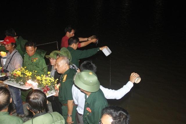 Các cựu binh hòa đất và nước xuống dòng sông
