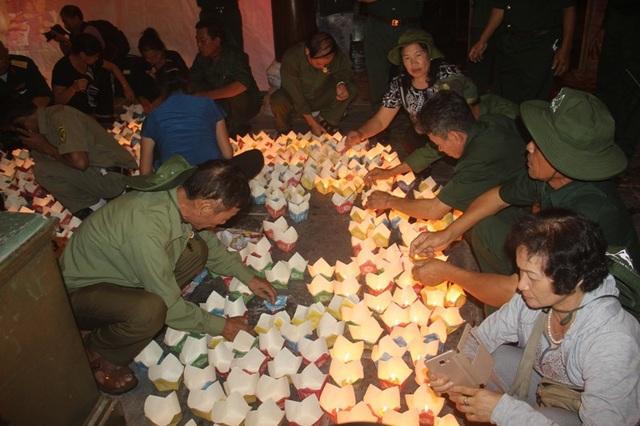 Các cựu binh thắp sáng dòng sông bằng đèn hoa đăng