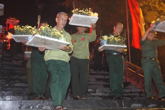 Các cựu binh thả hoa xuống sông