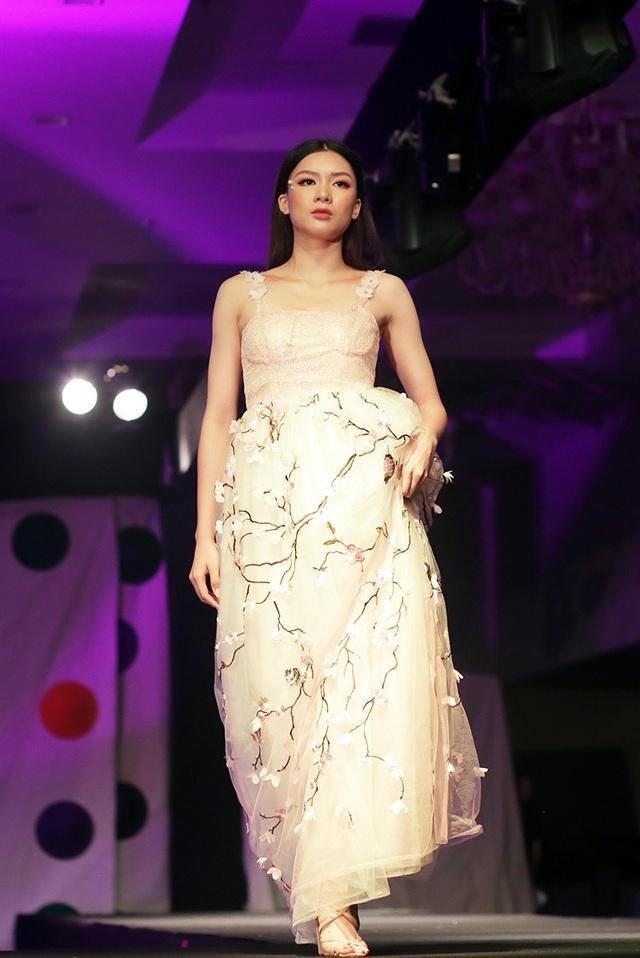 Nữ sinh Hà thành xinh đẹp sải bước trong mẫu váy với họa tiết hoa đào, gợi nhắc không khí xuân miền Bắc