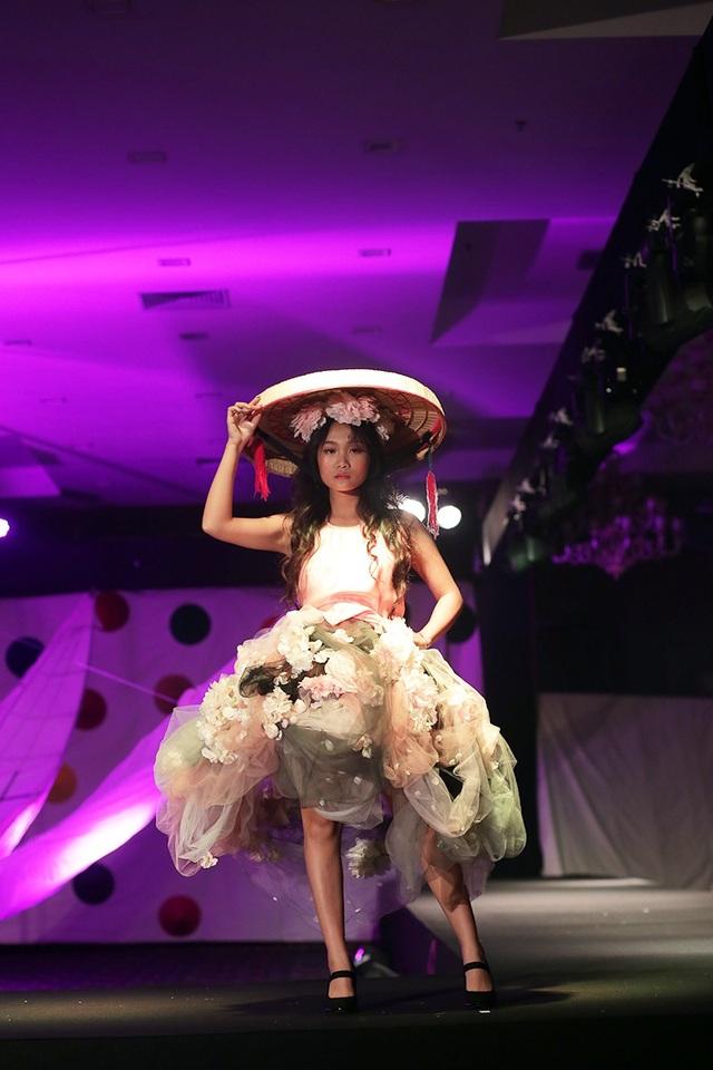 Bộ trang phục sử dụng nón quai thao kết hợp với họa tiết hoa đầy ấn tượng