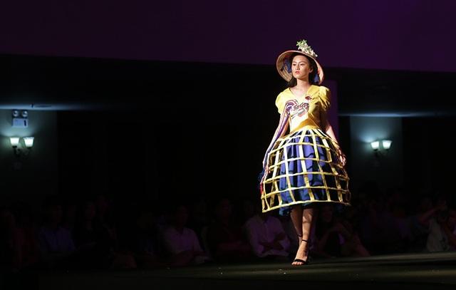 Hình tượng lồng gà (bu chụp gà) giản dị, mộc mạc của miền quê Việt Nam được ứng dụng rất sáng tạo vào mẫu váy độc đáo, tạo nên sự thú vị cho người xem
