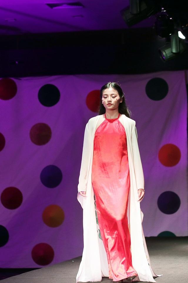 Một mẫu váy gợi nhắc hình tượng dải yếm đào của người phụ nữ Việt xưa