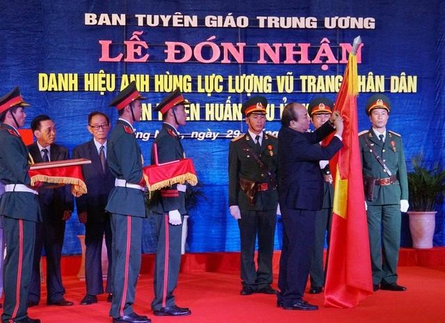 Thủ tướng Nguyễn Xuân Phúc trao danh hiệu Anh hùng lực lượng vũ trang Nhân dân cho Ban Tuyên huấn Khu ủy Khu V