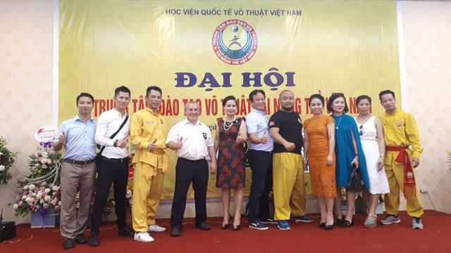 Bà Nguyễn Thị Phương - Tổng giám đốc công ty PT Casa - Nhà tài trợ vàng chương trình Đại hội võ thuật (váy đỏ)
