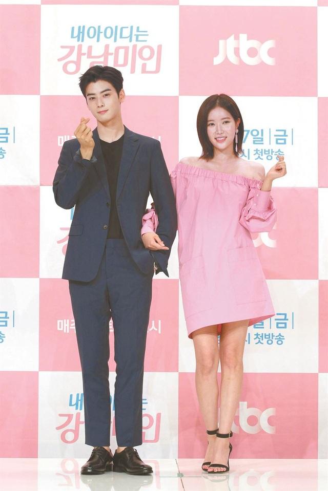 Hai diễn viên Im Soo-hyang (phải) và Cha Eun-woo (trái)