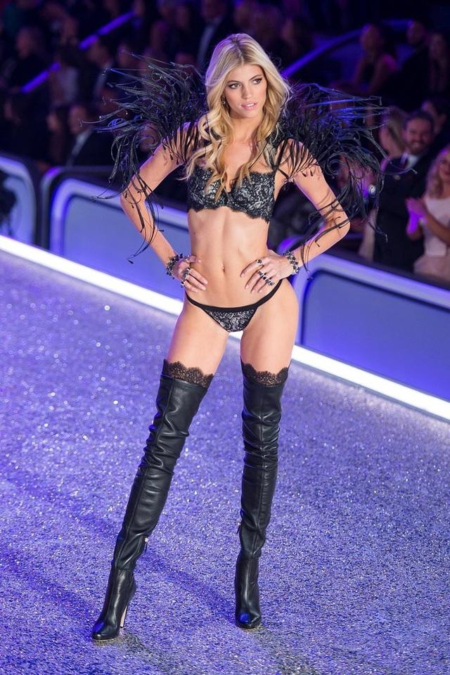 Devon Windsor trình diễn trong Victorias Secret Fashion Show
