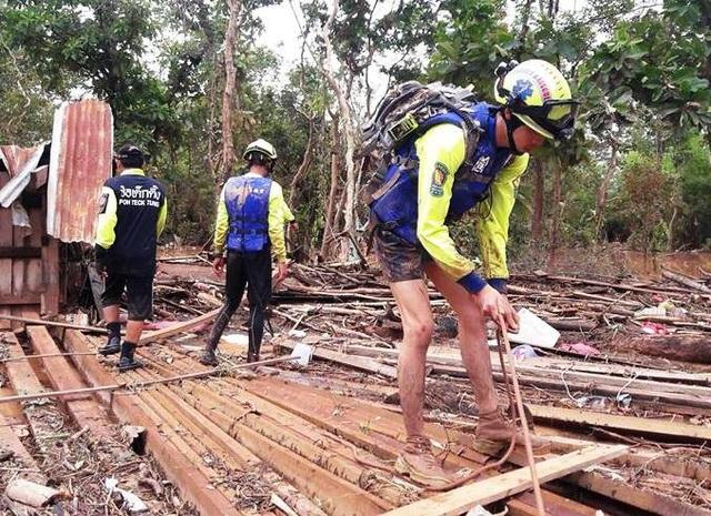 Cảnh hoang tàn hiện ra trước mắt, nhiều thành viên trong đội cho biết, chưa bao giờ chứng kiến thảm cảnh như thế này. Đội cứu hộ đã lật từng tấm ván, từng gốc cây để tìm kiếm người và những những tài sản còn sót lại