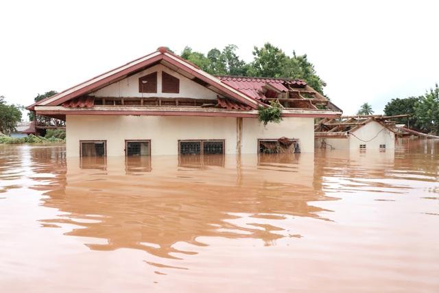 Hình ảnh những căn nhà bị ngập 2/3, nhiều người phải dỡ ngói, ngoi lên để thoát thân