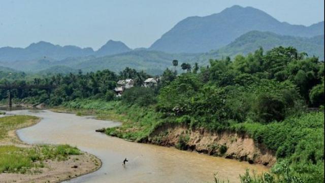Một ngư dân Lào quăng lưới trên sông Mekong (Ảnh: AFP)