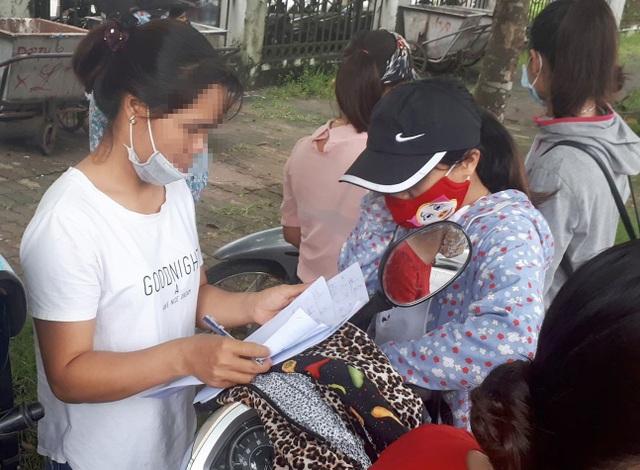 Giáo viên đến kêu cứu tại trụ sở UBND huyện Thanh Oai (Ảnh: Đ. T).