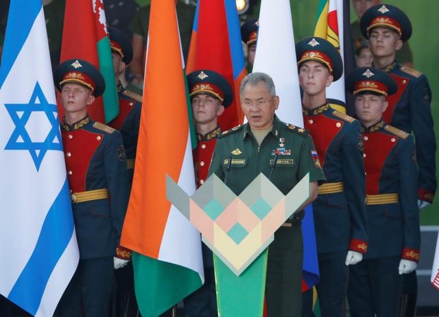 Giải đấu Xe tăng Quốc tế trong khuôn khổ Giải đấu Quân đội Quốc tế (IAG) do Bộ Quốc phòng Nga tổ chức đã được khởi động tại vùng Moscow hôm qua 28/7. Năm nay, giải đấu được tổ chức tại 7 quốc gia với nhiều nội dung tranh tài khác nhau. Trong ảnh: Bộ trưởng Quốc phòng Nga Sergei Shoigu phát biểu tại lễ khai mạc Giái đấu Quân đội Quốc tế ngày 28/7. (Ảnh: Reuters)