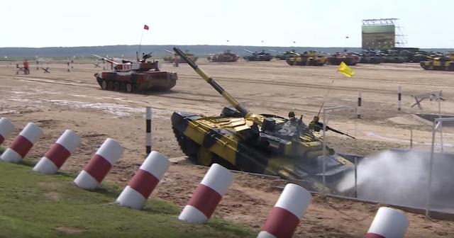 Đội xe tăng Nga sẽ thi đấu với đội Iran và Serbia hôm nay 29/7. Giải đấu xe tăng năm nay sẽ được tổ chức đến hết ngày 11/8. Trong ảnh: Xe tăng của đội Kuwait trong phần thi vượt hào (Ảnh: RT)