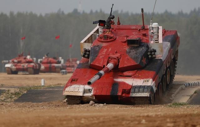 Mỗi đội xe tăng tham gia giải đấu sẽ được quy định một màu khác nhau. Trong vòng thi đầu tiên hôm qua, đội Trung Quốc sử dụng xe tăng màu đỏ và cũng là đội giành chiến thắng trong vòng thi này. (Ảnh: Reuters)