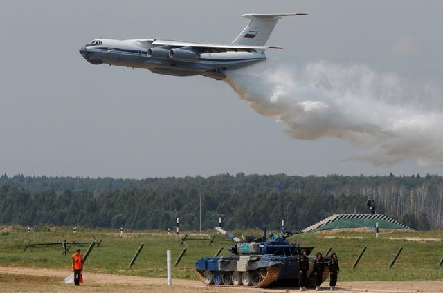 Máy bay IL-76 của Nga xả nước trong lễ khai mạc giải đấu quân sự quốc tế tại vùng Moscow (Ảnh: Reuters)