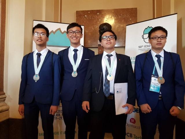 Em Phạm Đức Anh (thứ 3 từ trái sang) học sinh lớp 12, Trường Trung học phổ thông chuyên Khoa học Tự nhiên, Đại học Quốc gia Hà Nội đoạt Huy chương Vàng.