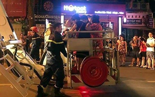 Những người trong ngôi nhà cháy được đưa xuống đất an toàn bằng xe thang chữa cháy. (Ảnh: CTV).