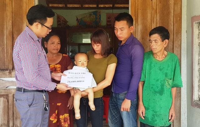 PV Dân trí trao 28.680.000 đồng tới vợ chồng Hằng.