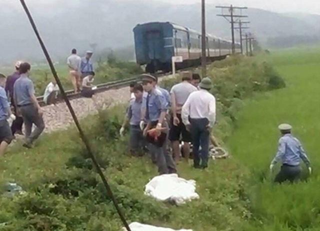 Nhân viên ngành đường sắt tham gia xử lý vụ tai nạn