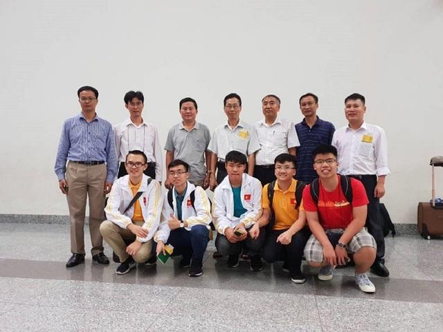 Bộ GD&ĐT sẽ đón đoàn và chúc mừng thành tích của đoàn dự thi Olympic Vật lí quốc tế năm 2018 tại sân bay quốc tế Nội Bài vào hồi 6 giờ 30 ngày 30/7/2018.