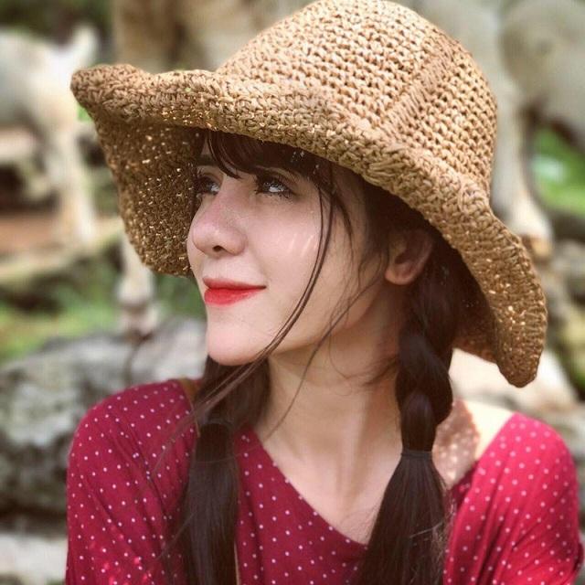 """Cô gái được dân mạng ví von xinh đẹp tựa """"thiên thần lai"""" này là Phan Thị Mỹ Linh (sinh năm 1997) còn được biết đến với biệt danh Linh My. Hiện tại Linh đang theo học ngành Báo chí Đa phương tiện, khoa Phát thanh – Truyền hình của trường Học viện Báo chí và Tuyên truyền."""