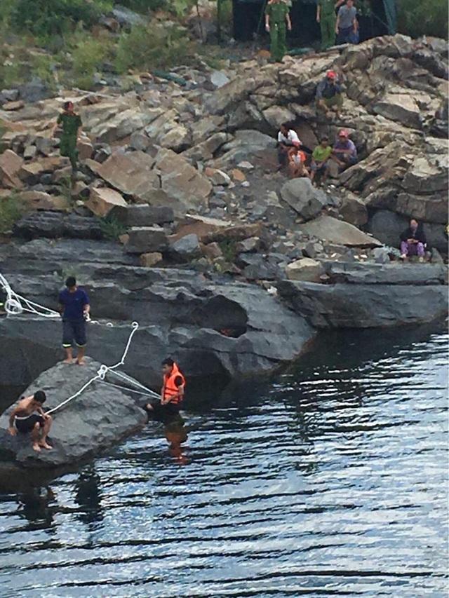Lực lượng chức năng tìm kiếm nạn nhân mất tích dưới lòng hồ