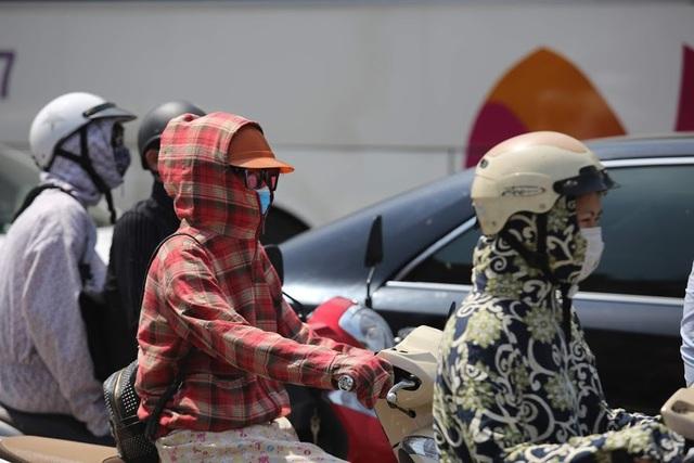 Để chống chọi với nắng nóng, nhiều người ra đường phải trang bị áo chống nắng, khẩu trang, kính râm…