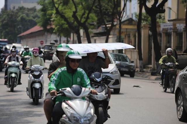 Phải di chuyển trên đường được xem là cực hình… Bất cứ vật dụng gì có thể che chắn, giảm bớt nắng nóng đều được người dân tận dụng tối đa
