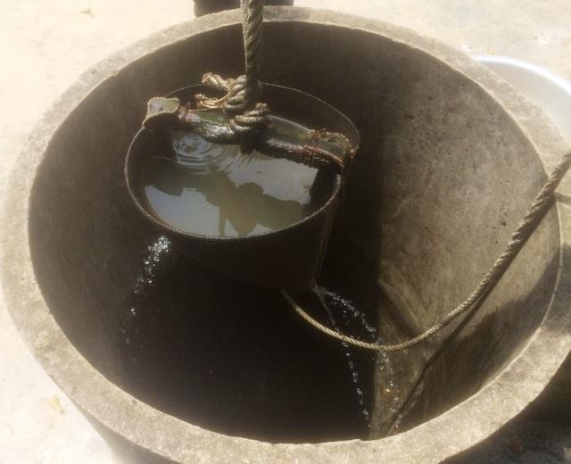 Do nắng hạn kéo dài nên nguồn nước sinh hoạt của người dân dần cạn kiệt