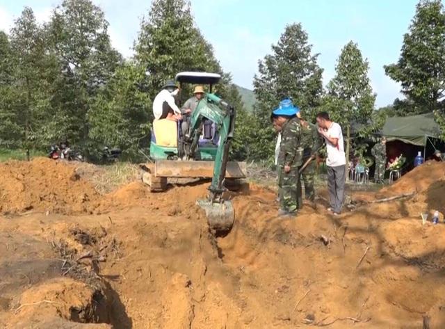 Lực lượng chức năng tiếp tục tìm kiếm tại khu vực phát hiện có hài cốt liệt sĩ.