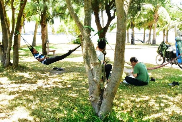 Để giải tỏa oi bức, rất nhiều người dân tại Quảng Bình đã lựa chọn các công viên, bờ sông, những nơi có bóng cây xanh để trốn cái nắng đang thiêu đốt.
