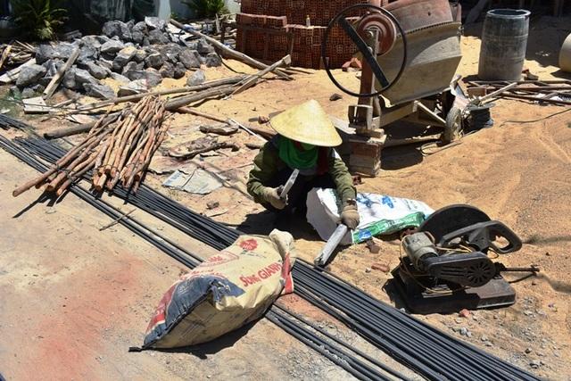 Những người lao động căng mình mưu sinh giữa nắng nóng