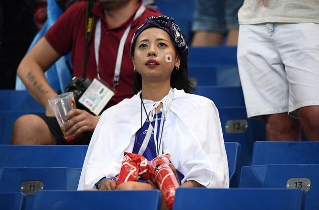 """Khoảnh khắc một fan nữ """"chết lặng"""" khi chứng kiến thất bại của đội nhà"""