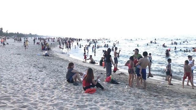 """Bên cạnh đó, cứ vào tầm 16-17h chiều, rất đông người dân lại đổ xô tới các bãi biển để tắm cũng như tham gia các hoạt động giải trí sau một ngày chống chọi dưới """"chảo lửa""""."""