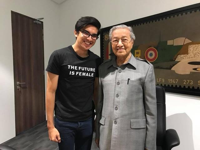 Tuổi trẻ, tài cao là một lợi thế đối với Syed Saddiq, song giới quan sát băn khoăn rằng liệu ông có đủ bản lĩnh để đương đầu với những khó khăn khi đảm nhiệm một cương vị quan trọng hay không. Dù tới nay, rất khó để có thể trả lời cho câu hỏi này, nhưng sự xuất hiện của ông Syed Saddiq được cho là luồng gió mới, truyền cảm hứng tới giới trẻ Malaysia, khuyến khích họ lên tiếng và hành động vì một đất nước phát triển hơn. (Ảnh: Facebook)