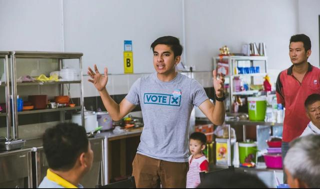 Trong vài năm qua, ông Syed Saddiq đã trở thành gương mặt nổi bật trong giới chính trị Malaysia. Sinh ra trong một gia đình trung lưu ở bang Johor, ông bắt đầu được công chúng chú ý với 3 lần liên tiếp thắng giải thưởng hùng biện xuất sắc nhất châu Á trong một cuộc thi do Anh tổ chức. (Ảnh: SCMP)