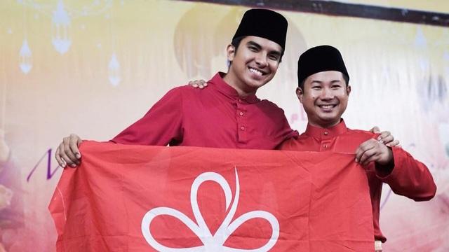 Trong một đoạn video về cha trên facebook, ông Syed Saddiq kể rằng cha ông là một trong hàng trăm ngàn người Johor đang làm việc tại Singapore 17 giờ mỗi ngày để giúp gia đình ông có cuộc sống tốt hơn. Những thông điệp về gia đình và tuổi trẻ mà ông Syed Saddiq đưa ra có sức lay động lớn tới cộng đồng mạng Malaysia. (Ảnh: Facebook)