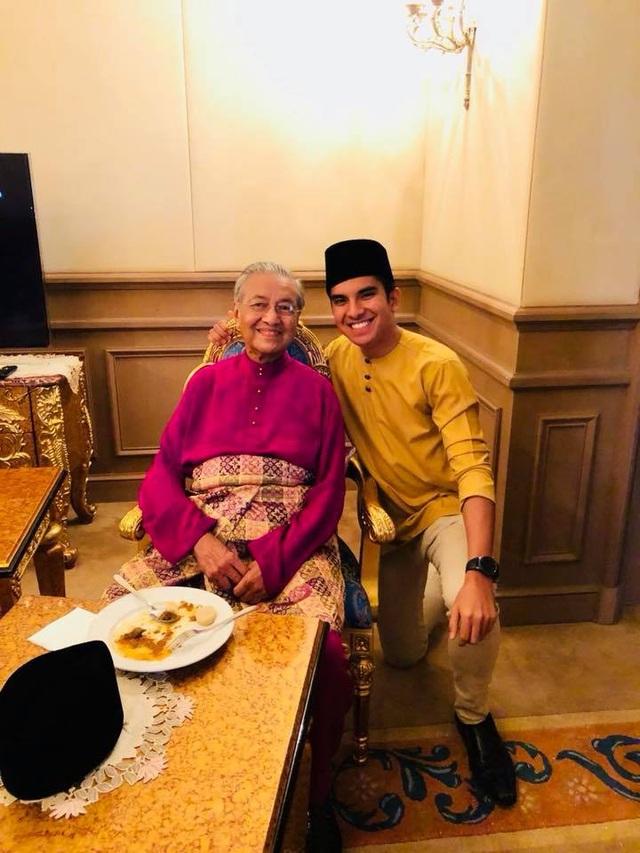 """Malaysia là một quốc gia với dân số trẻ, độ tuổi trung bình là 28. Trong khi đó, ông Mahathir Mohamad, 92 tuổi, đã trở thành thủ tướng nhiều tuổi nhất thế giới sau chiến thắng tại cuộc bầu cử tháng trước tại Malaysia. Vì vậy, việc bổ nhiệm ông Syed Saddiq được cho là một phần trong """"chiến lược thanh niên"""" của ông Mahathir. Trong ảnh: Thủ tướng Mahathir chụp ảnh cùng Syed Saddiq. (Ảnh: Facebook)"""
