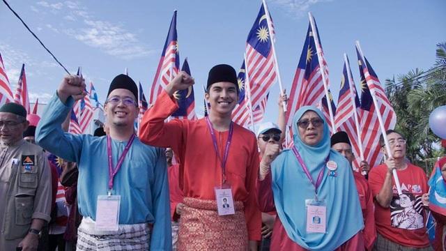 Ông Saddiq còn là một gương mặt được công chúng yêu thích trên mạng xã hội, với gần 1 triệu người theo dõi trên Instagram. Ông cũng trực tiếp điều hành các phần hỏi đáp trực tuyến trên Facebook để lắng nghe và tiếp cận với mọi băn khoăn của các cử tri trẻ Malaysia trong mọi lĩnh vực của cuộc sống. (Ảnh: Facebook)