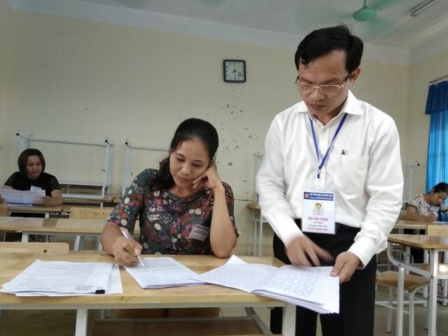 Ông Mai Văn Trinh, Cục trưởng Cục Quản lý chất lượng (Bộ GD&ĐT) kiểm tra công tác chấm thi tại Hòa Bình.