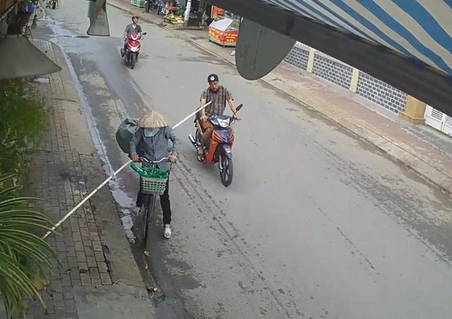 Thanh sắt chìa ra ngoài đâm thẳng vào ngực người đàn ông đi xe máy ở phía sau