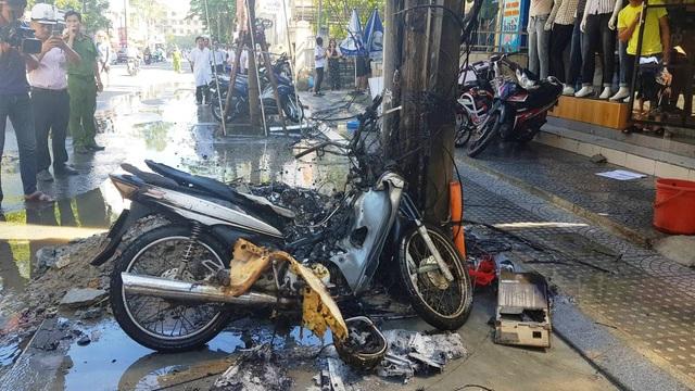 Chiếc xe máy xui xẻo cháy rụi.